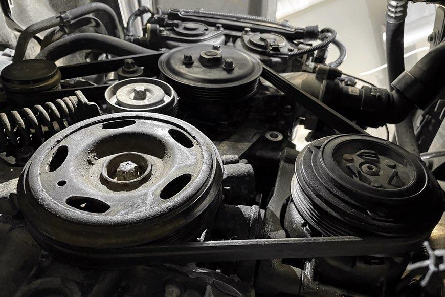 Ремень генератора и ролик натяжителя на автомобиле Опель Астра